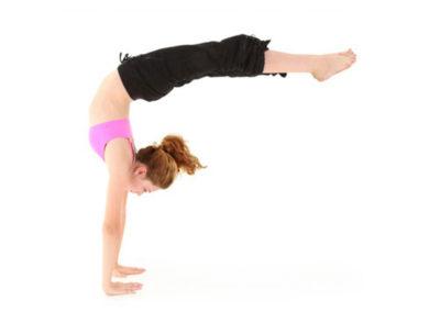 Gimnastică adulți stând pe mâini